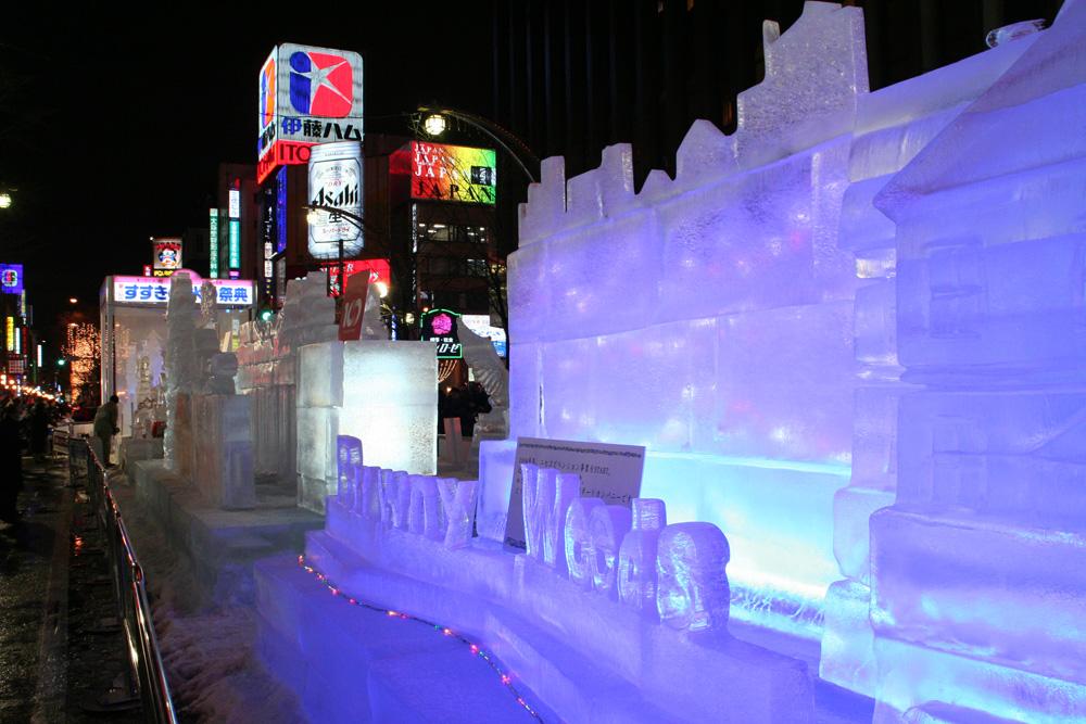 さっぽろ雪まつりすすきの会場氷の彫刻のライトアップ