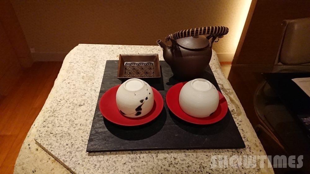 インターコンチネンタルホテル大阪デラックスダブルのデスクの謎の岩2