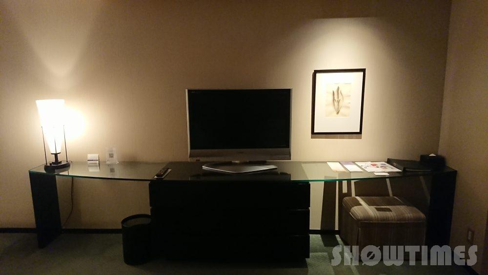 ハイアットリージェンシー大阪デラックスツインルームのテレビとデスク