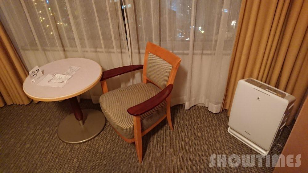 札幌プリンスホテルタワースーペリアダブルルームのテーブルとチェア