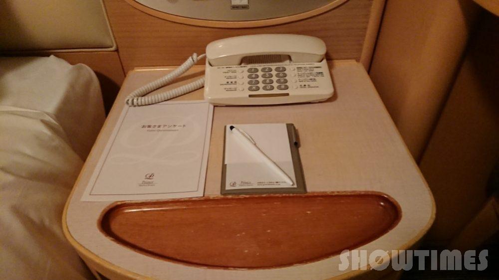 札幌プリンスホテルタワースーペリアダブルルームのベッドサイド