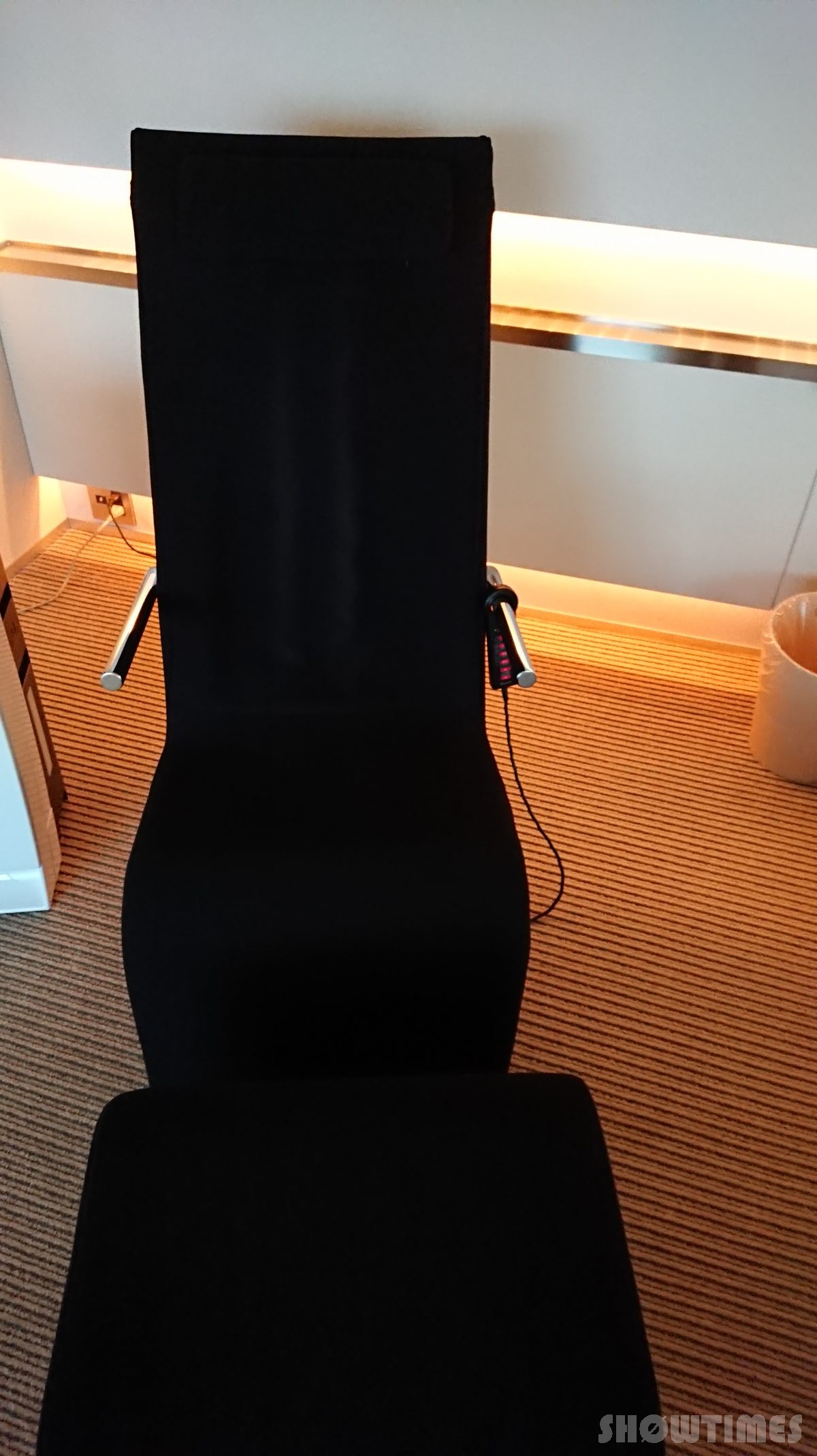 センチュリーロイヤルホテルエクスクルーシヴフロアベッドルームのオットマン付きチェア