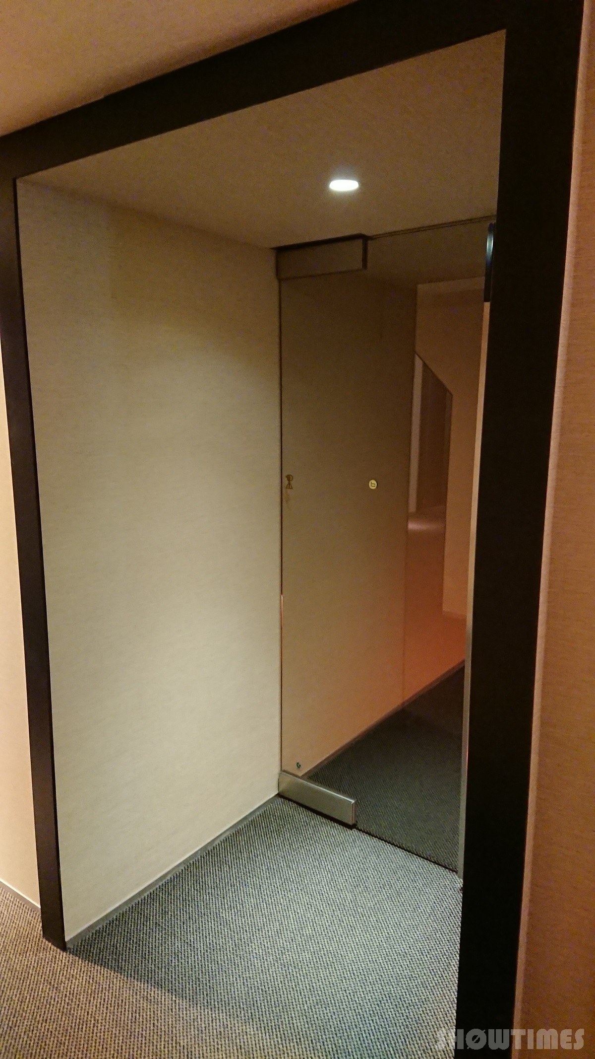 センチュリーロイヤルホテルエクスクルーシヴフロアのガラス扉とアプローチ2